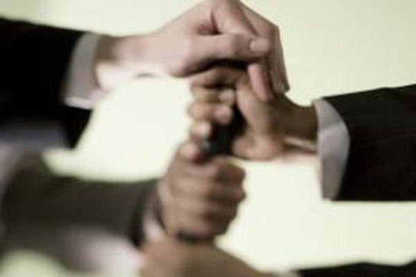 Las actividades de trabajo en equipo desarrollan la confianza entre los empleados.
