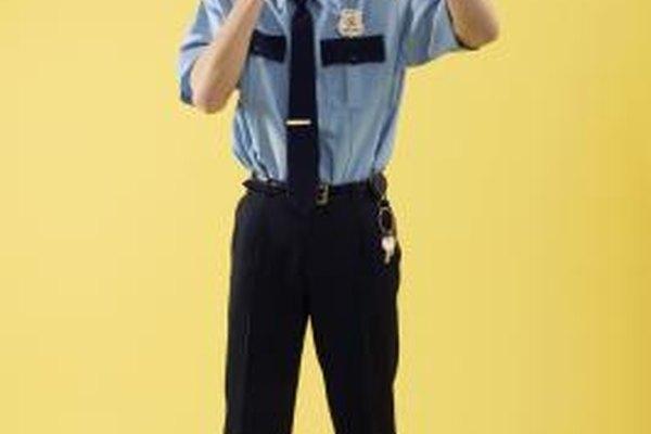 Guardias de seguridad privada se distinguen a través de sus uniformes.