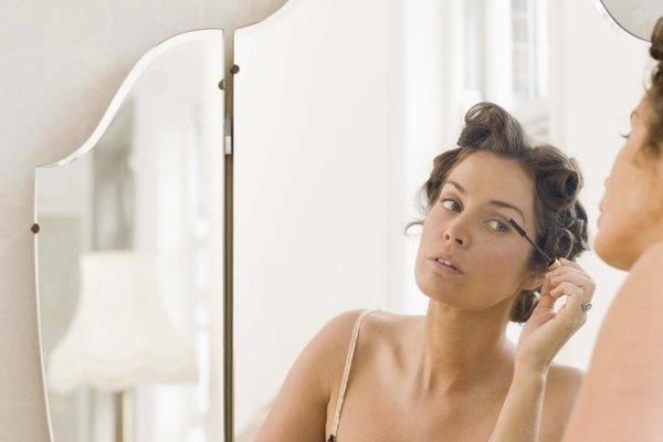 Un espejo y una buena iluminación son esenciales al aplicar maquillaje.