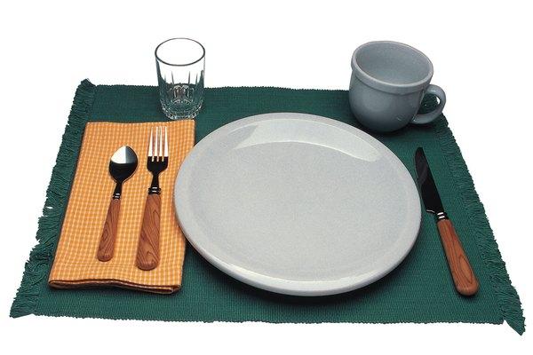 Un mantel hecho en casa ser un buen toque para una mesa con tema festivo.