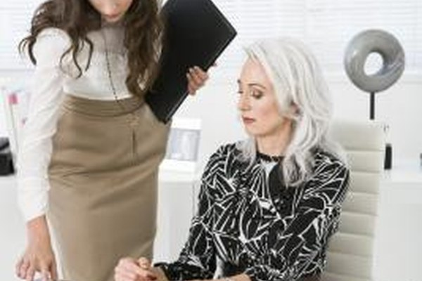 Un coordinador ejecutivo trabaja codo a codo con el ejecutivo en tareas diarias.
