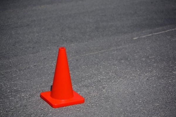 Usa un cono de tráfico como marca cuando aprendas a aparcar en paralelo.