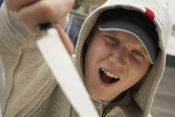 Desliza el borde de tu cuchillo con cuidado debajo de la corteza.