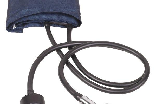 El dispositivos para medir la presión arterial se usa para medir el flujo de sangre a través de las arterias.