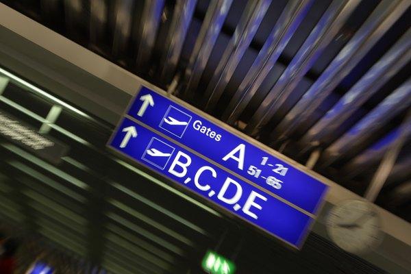 Siempre revisa tu itinerario para saber la puerta de embarque y la hora de salida del avión.