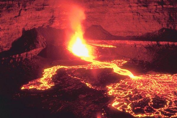 Cuando el magma alcanza la superficie de la tierra, la roca fundida se transforma en lo que se conoce como lava.