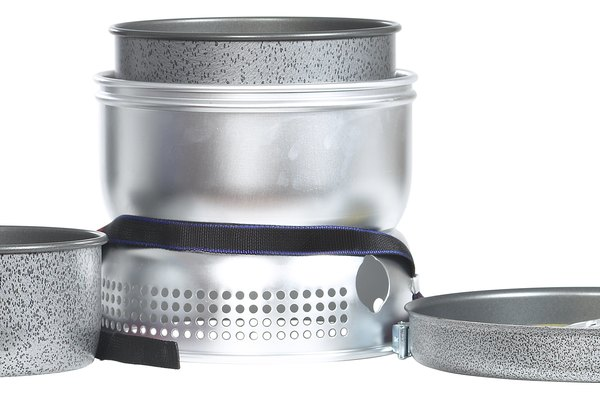 Coloca los utensilios de cocina de aluminio en la cocina.