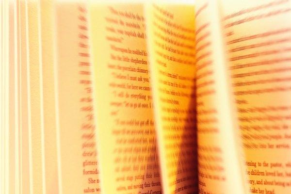 Abre ligeramente el libro para aprender más sobre sus personajes.