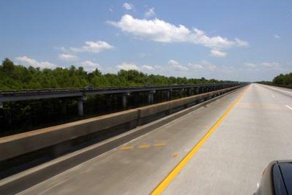 Mirar esta fotografía de una carretera expresa la perspectiva de una persona.