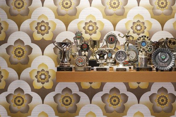 Todos los trofeos conseguidos por los miembros del salón deben ser exhibidos con orgullo.