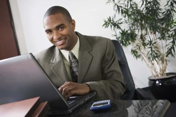 Una calculadora o una computadora puede hacer los cálculos para saber si el salario aumenta o disminuye con facilidad.