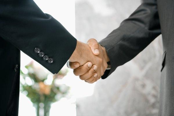 Inventa un saludo de manos secreto.