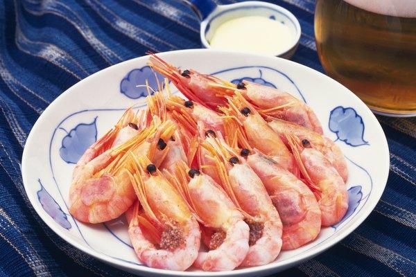 Camarones cocidos en un plato con salsa.