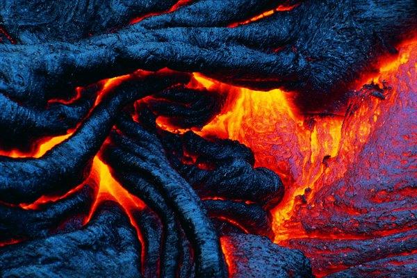 La corteza también es cambiada por el paso del magma fundido a través de ella. La roca fundida es forzada a salir del manto a través de la corteza de la Tierra.