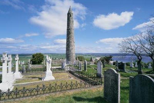 Los sepultureros también vigilan los cementerios.