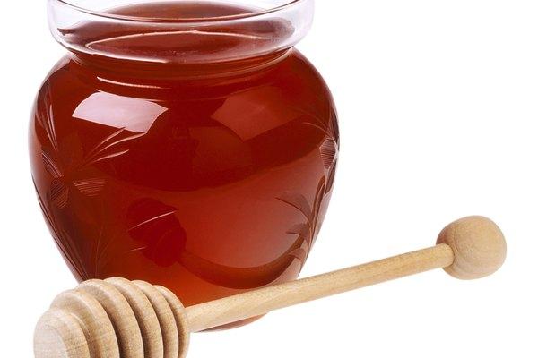 La naturaleza hidratante de la miel hace que sea un buen ingrediente para el champú casero.