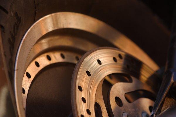 Las partes duras en la superficie de fricción del tambor desarrollan a partir de aplicaciones severas o vehículos sobrecargados.