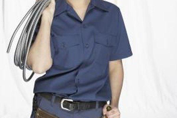Realiza un trabajo práctico como electricista.