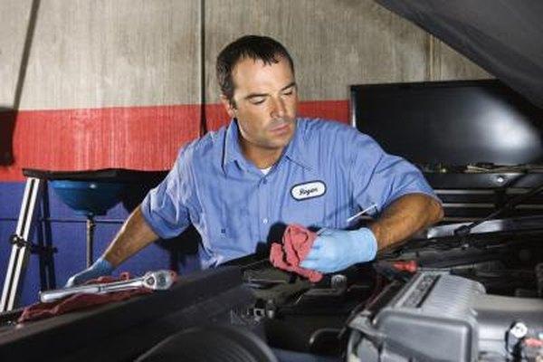 Los mecánicos de automóviles mantienen y reparan motores.