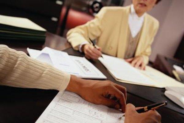 Los analistas de crédito revisan la información financiera de los clientes que buscan crédito o préstamos.