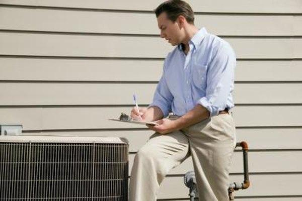 Los técnicos de HVAC registran su trabajo de mantenimiento.