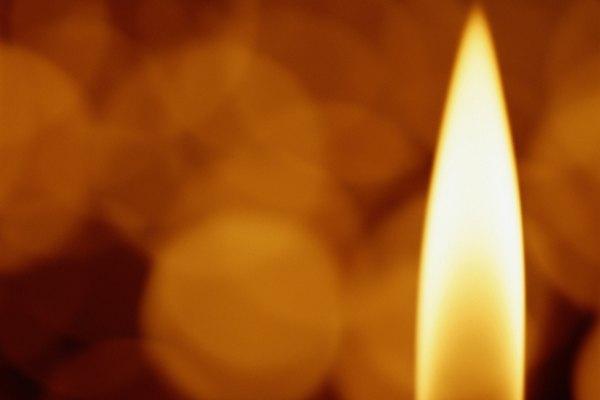 La cera fundida es absorbida en la mecha y se estira hasta la punta donde sigue alimentando la llama.