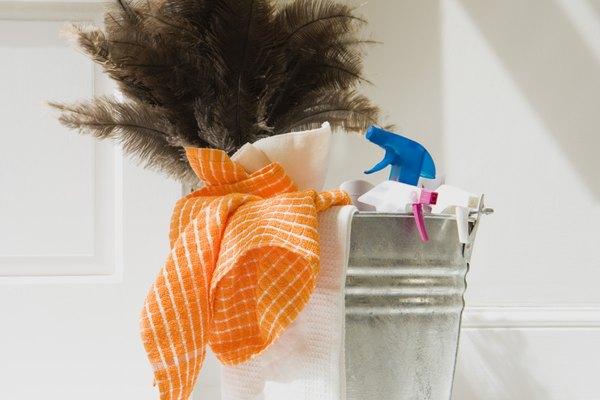 Limpia las salpicaduras aflojadas con el paño.