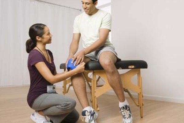 Los asistentes ayudan a preparar a los pacientes para la terapia física.