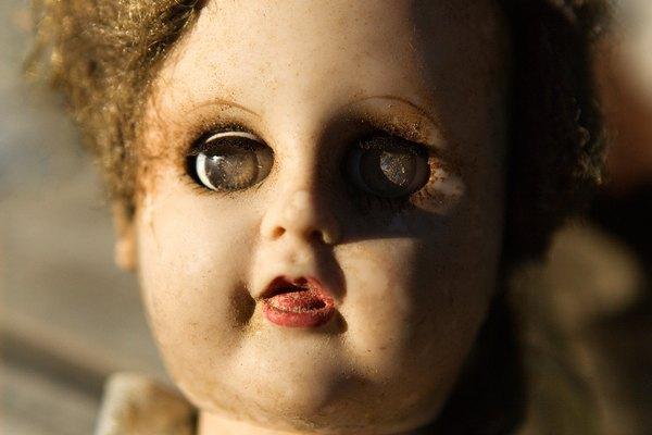 Limpia la superficie de la muñeca con un compuesto para pulir.