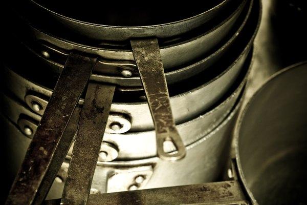 Llena la batería de cocina de aluminio con agua.
