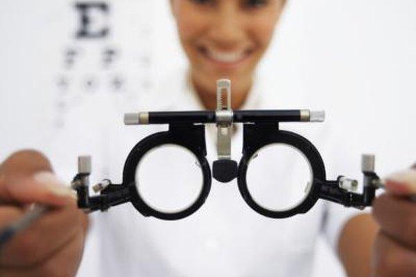Los optometristas realizan un amplio rango de pruebas sobre los ojos.