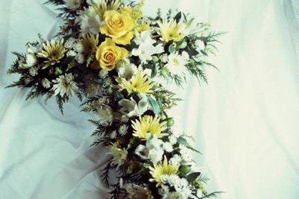La colocación de arreglos florales puede ser uno de los deberes de un asistente de funeraria.