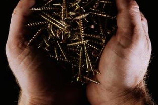 Los tornillos se fabrican con el uso de un torno mecánico especializado.