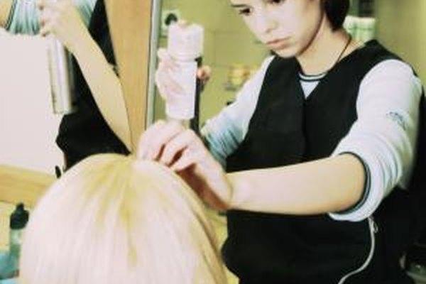 Los peluqueros usan fijador para el cabello como una de sus herramientas.