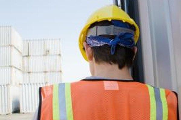 El encargado de seguridad debe asegurarse de que los empleados vistan el equipo de seguridad apropiado.
