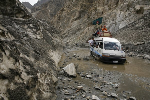 Una camioneta intenta avanzar por el difícil terreno que presenta la carretera de Karakórum