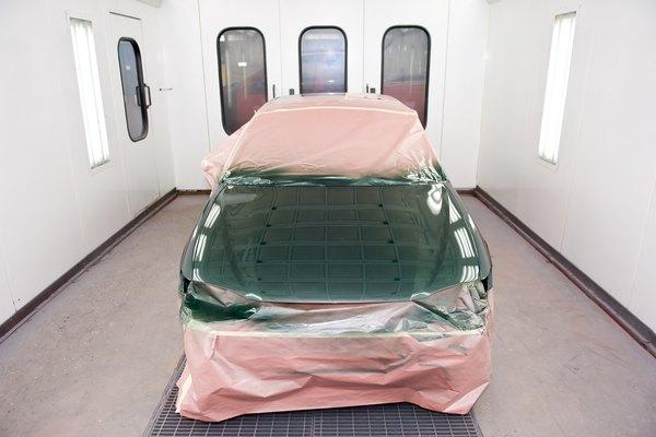 La cantidad de pintura que necesitas comprar y utilizar para pintar tu vehículo varía en gran medida, dependiendo de muchos factores.