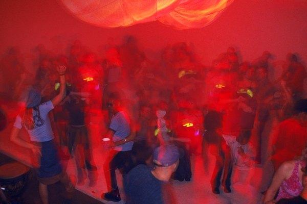 Las varitas luminosas son usadas para iluminar movimientos de bailes en fiestas rave.