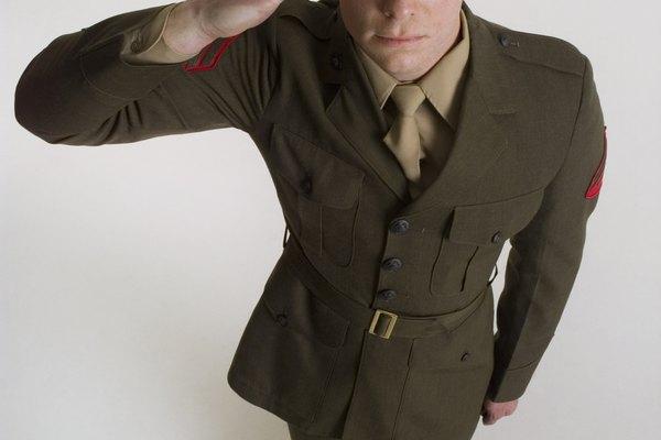 Haz un sombrero militar de papel.