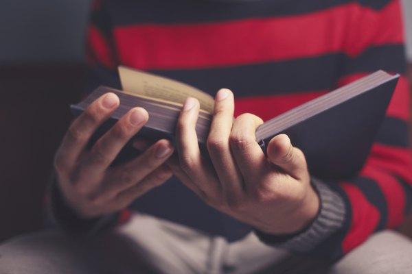 Estas indicaciones están pensadas para sostener el libro con la mano derecha.
