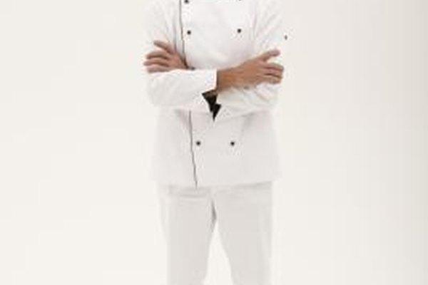 Los uniformes de los chefs son regulados por el departamento de salud estatal y el establecimiento.