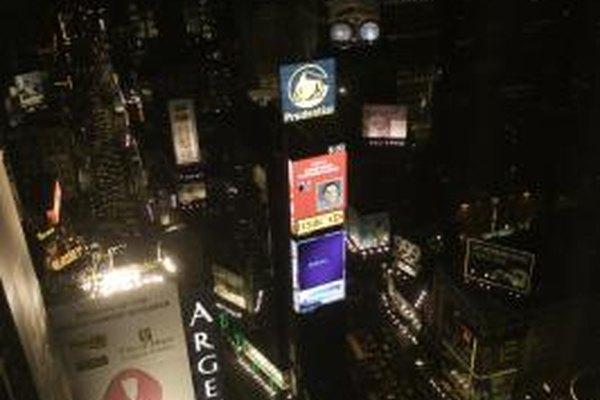 Anuncios masivos, tales como vallas publicitarias, son el producto final de una estrategia de marketing.