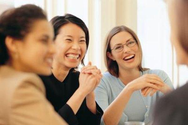 Incluir juegos divertidos en las reuniones de personal puede ayudar a los empleados a unirse.