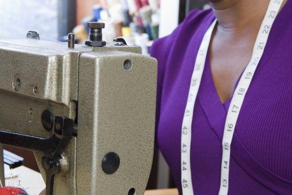 Desliza hacia la izquierda la placa de la aguja de la máquina de coser.