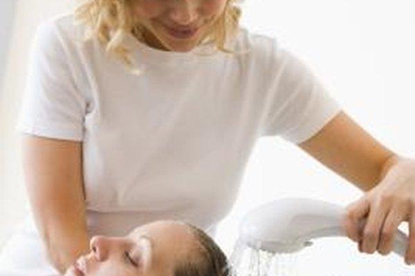 Los cosmetólogos brindan varios servicios de belleza y de cuidado personal.