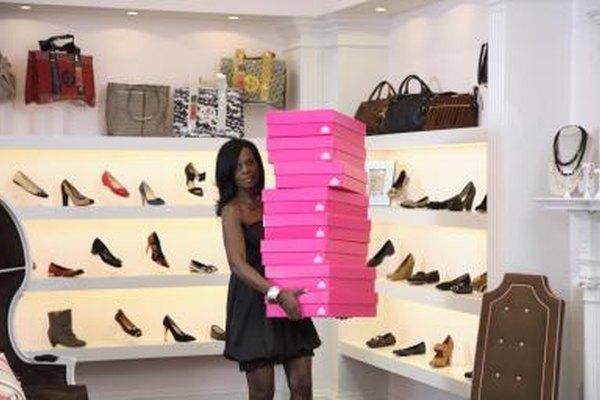 Algunas tiendas de zapatos atienden a las mujeres.