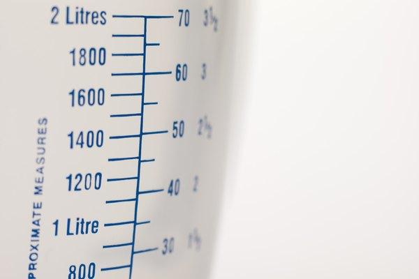 Una taza de medición se puede utilizar para medir con precisión el volumen.