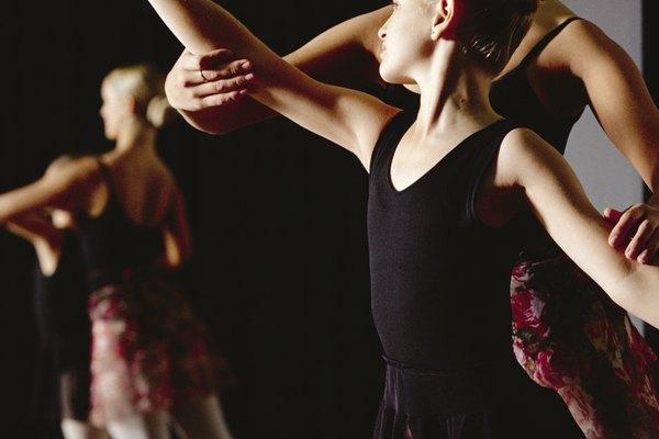 Colocar un gran espejo en un salón de danza permite ensayar la sincronización con los compañeros.