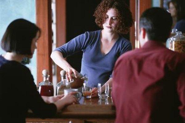 Los trabajos nocturnos de tiempo parcial incluyen ser bartender y asociado de ventas minoristas.