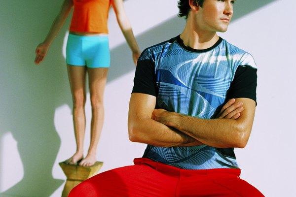 La modelo debe estar parada y con los brazos separados del cuerpo.